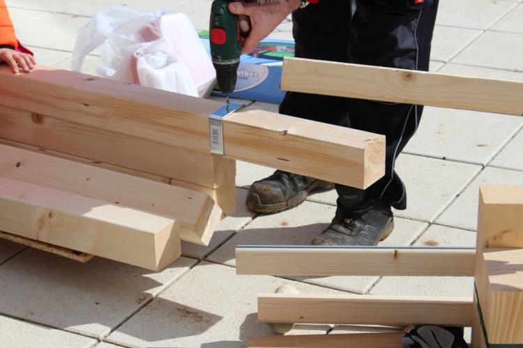 Schaukel aufstellen - Aufhänger anbohren (c) Grashüpfer